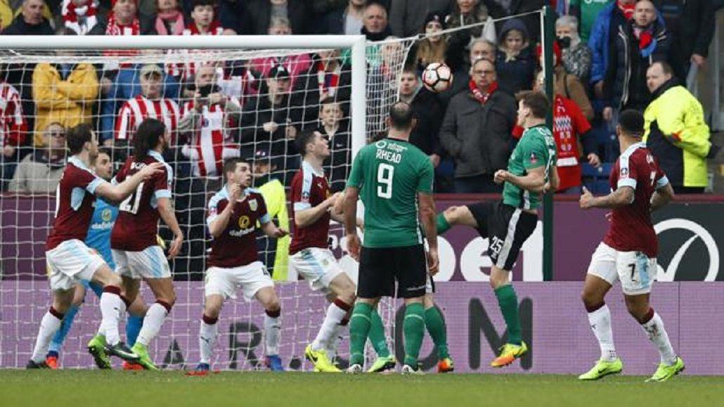 El cabezazo goleador llegó cuando faltaba un minuto para el final del partido