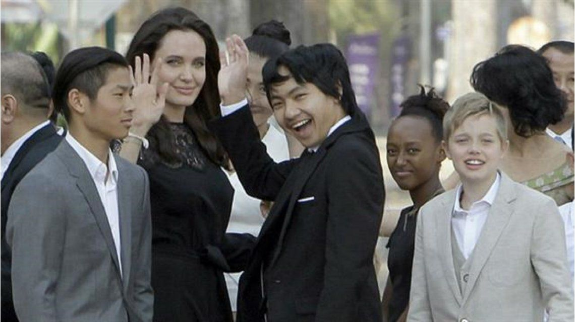Angelina Jolie junto con sus hijos en la avant premiere de First they killed my father