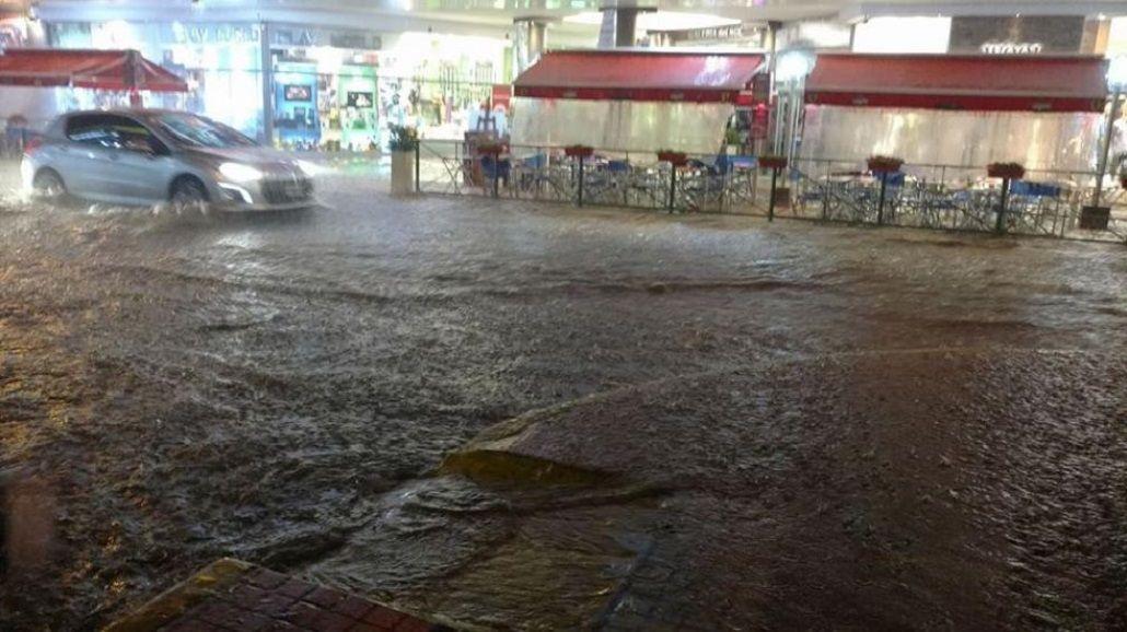 Las calles de Villa Carlos Paz parecían un mar