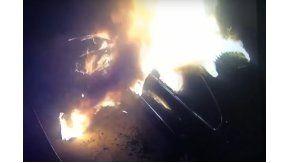 Un incendio destruyó un auto estacionado en China