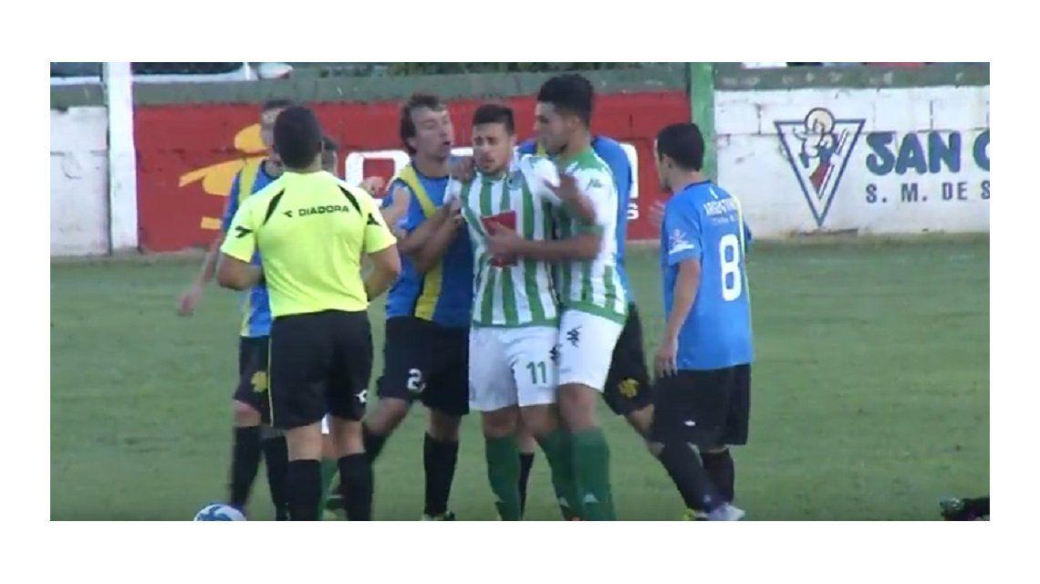 Los jugadores de Argentinos se pelearon con sus rivales y con el árbitro