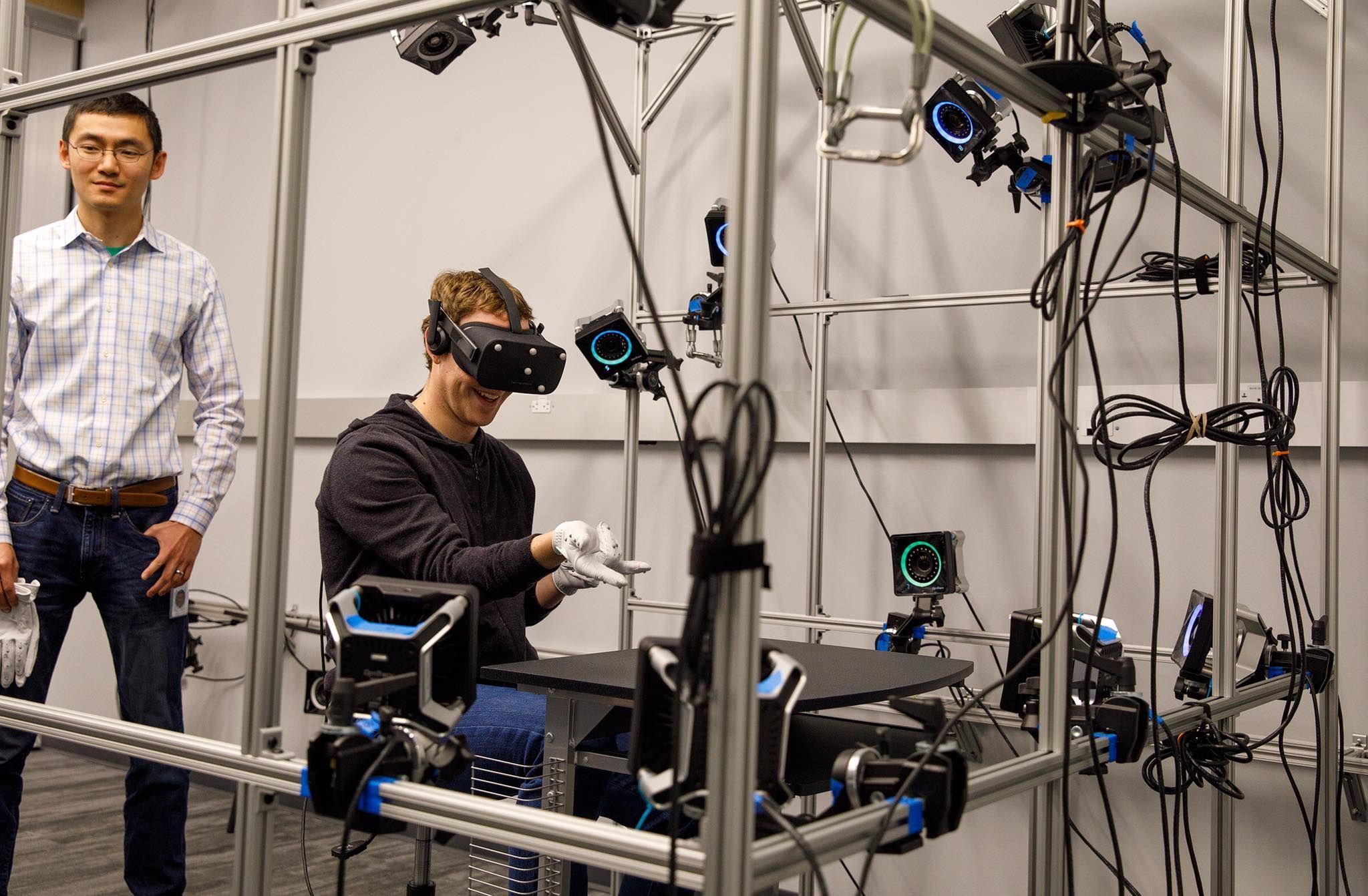 Mark Zuckerberg muestra un prototipo de guantes de realidad virtual de Oculus