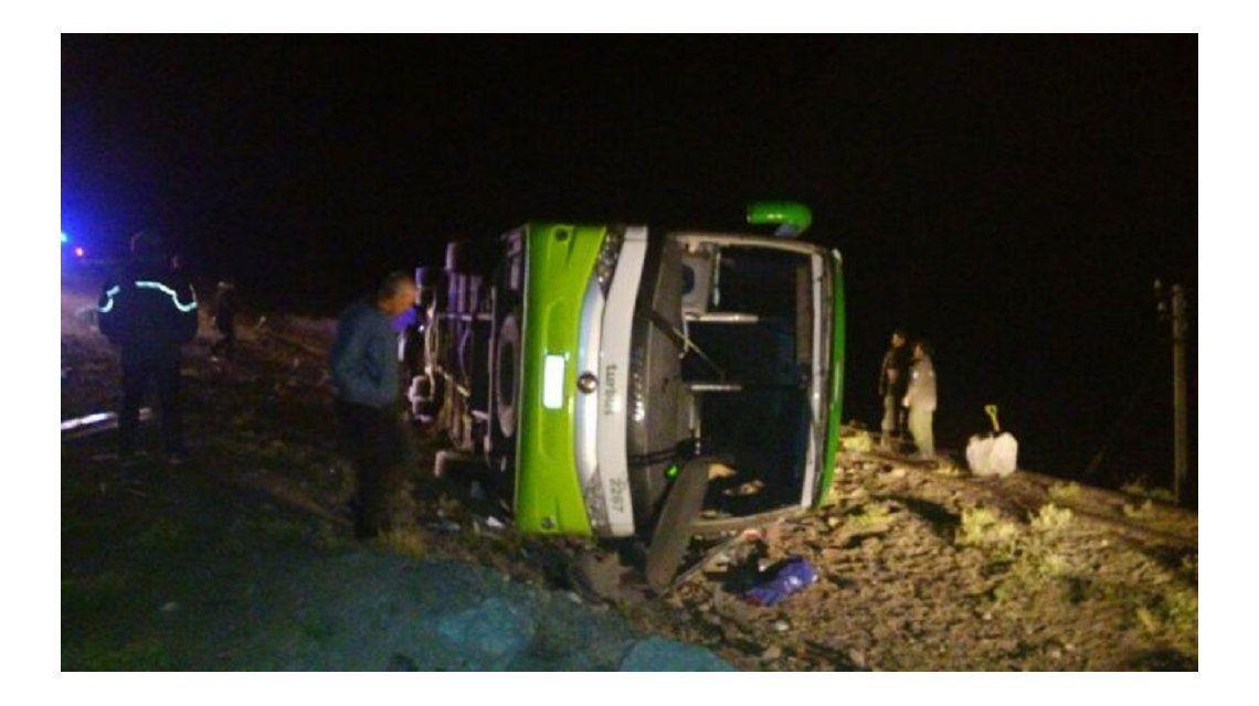Mendoza: 19 personas murieron al volcar un micro en Horcones