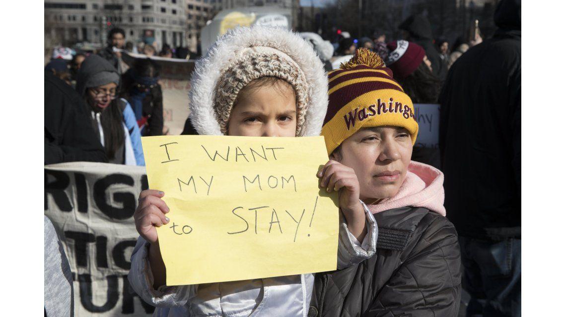 Una niña y su madre en una protesta en Washington DC