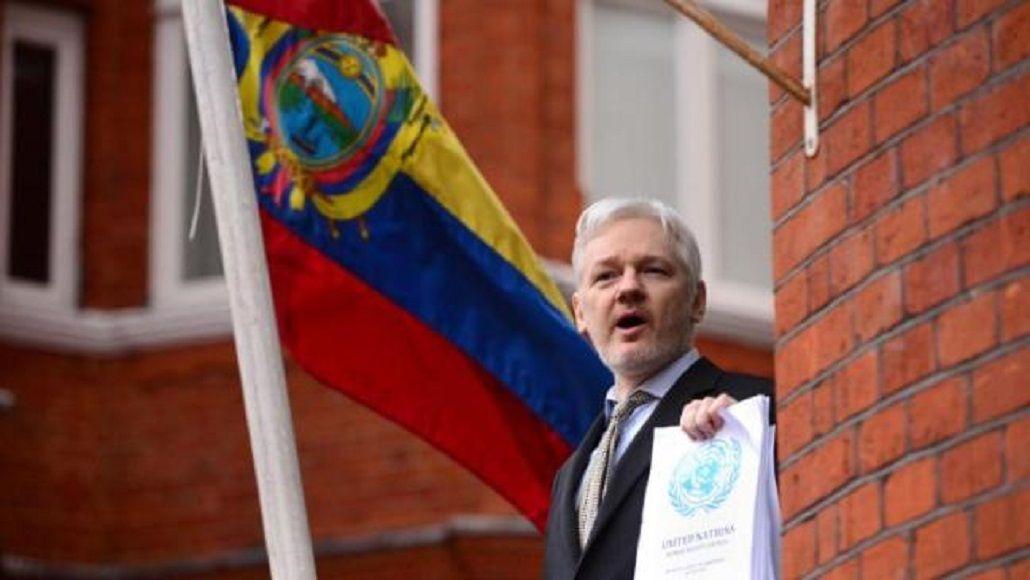 Candidato presidencial quiere echar a Julian Assange de su embajada