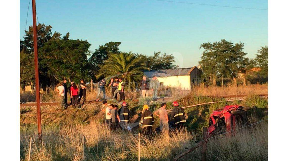Dos muertos luego de que una locomotora embistiera un auto