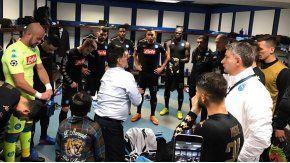 Diego Maradona, ante la atenta mirada de los jugadores del Nápoli