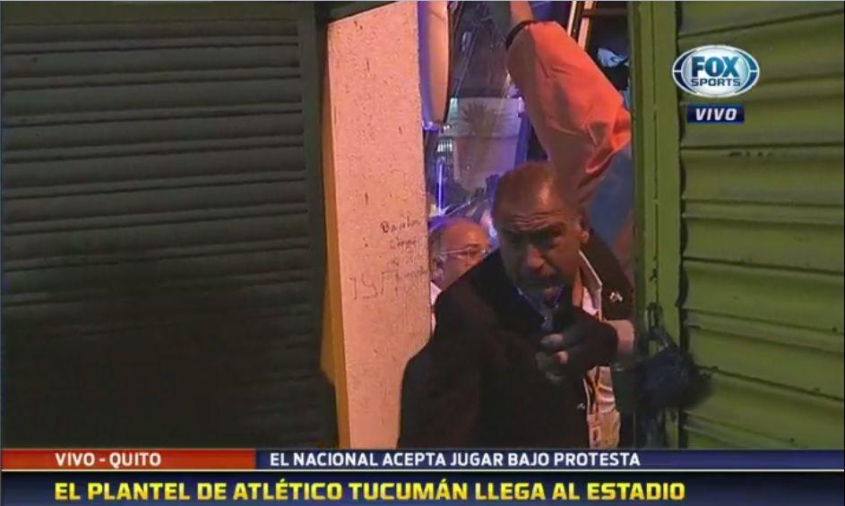 Luis Juez llegando a estadio con el plantel de Atlético Tucumán