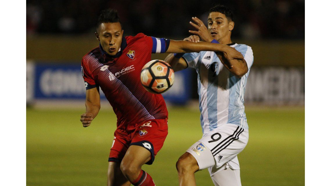 Fernando Zampedri pelea el balón con un rival