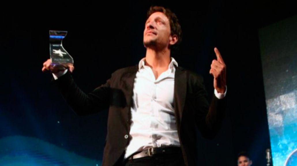 Nico Vázquez señala al cielo dedicándole el premio Estrella de Mar a su fallecido hermano Santiago