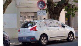 Escrachan a un auto mal estacionado