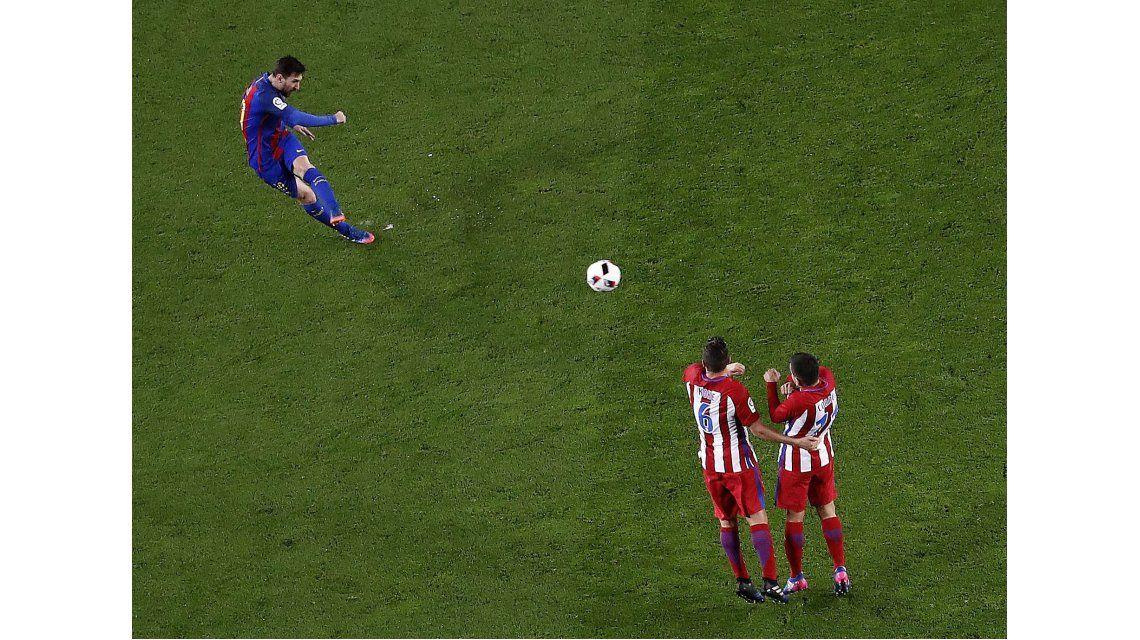 Messi pateó un tiro libre y la pelota se estrelló en el travesaño
