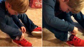 Un nene se vuelve viral por la forma en la que se ata los cordones