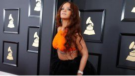 Rihanna, con una petaca en los Premios Grammy