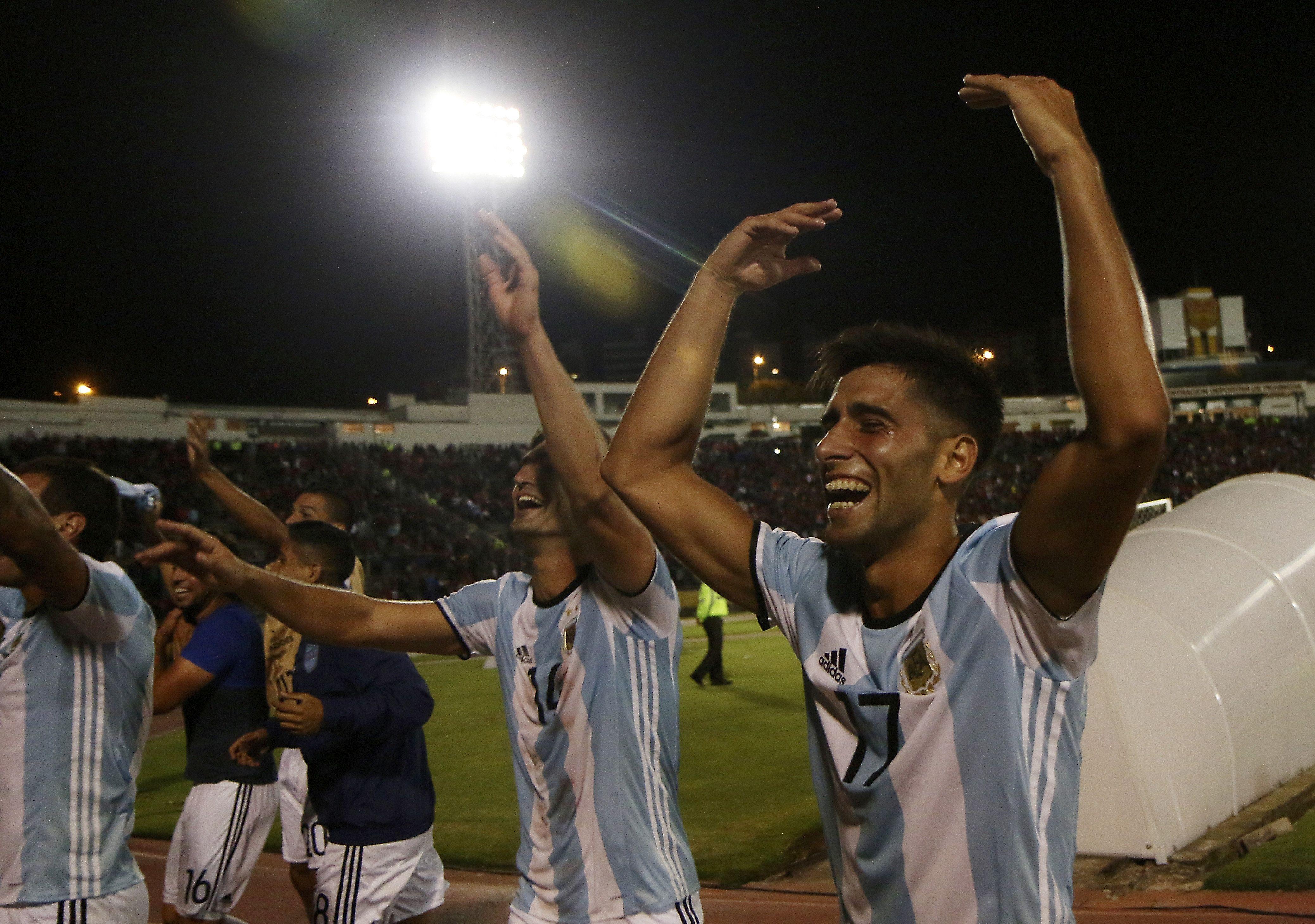 El festejo de los jugadores de Atlético Tucumán con sus hinchas
