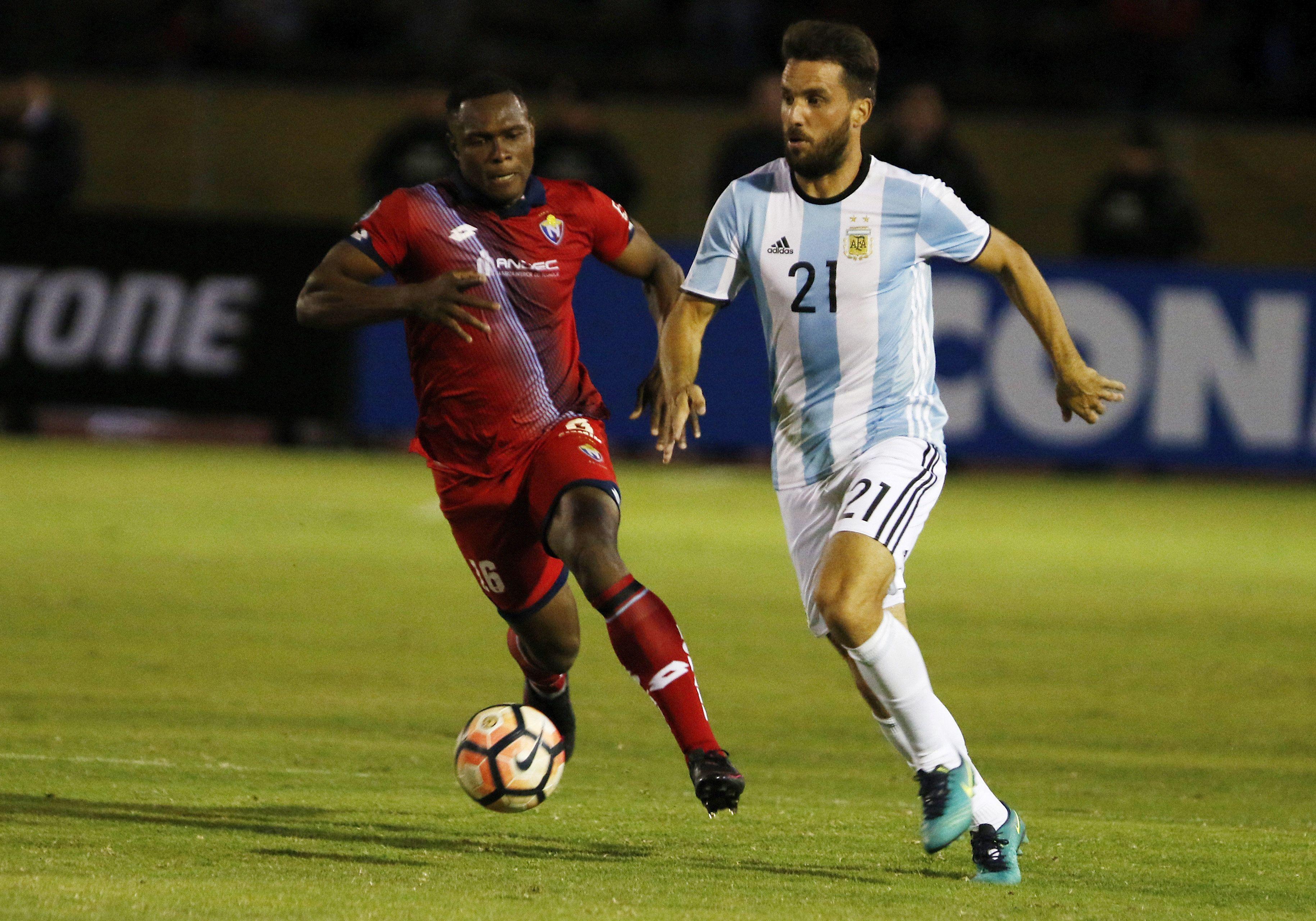 Ignacio Canuto se lleva la pelota ante la marca de un ecuatoriano