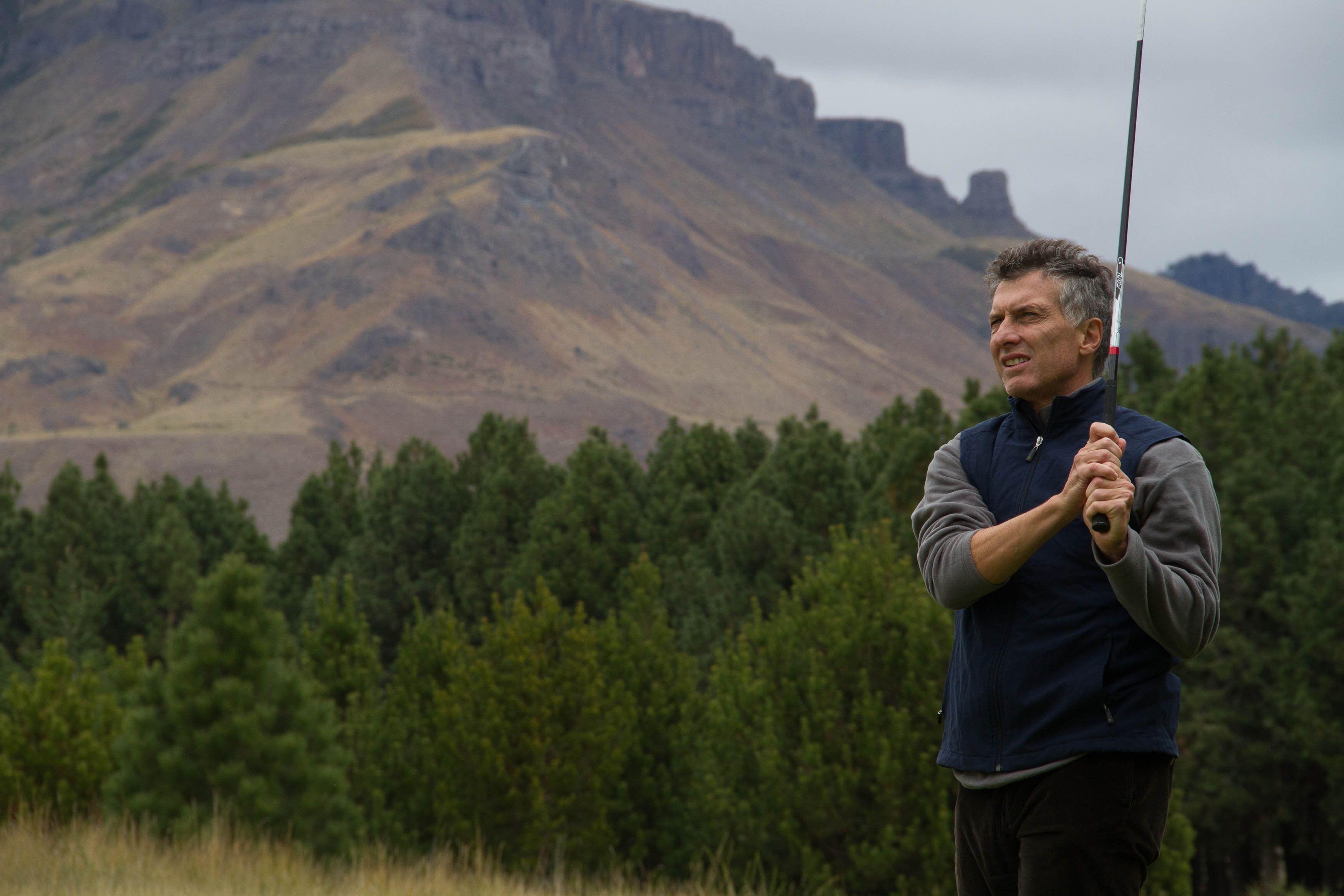El presidente Mauricio Macri jugando al golf en San Martín de Los Andes