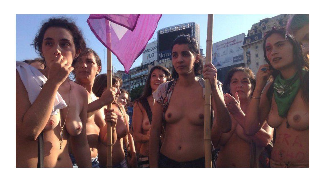 Masivo tetazo en el Obelisco: así fue la protesta de las mujeres