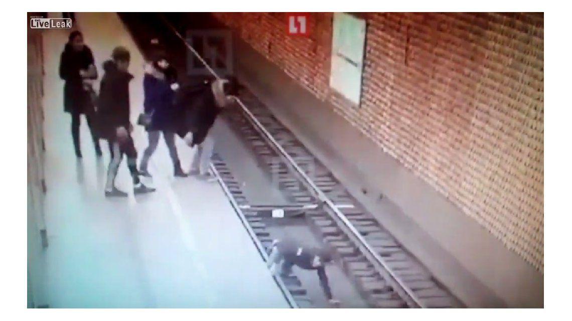 Un chico tiró a otro a las vías del subte en Rusia
