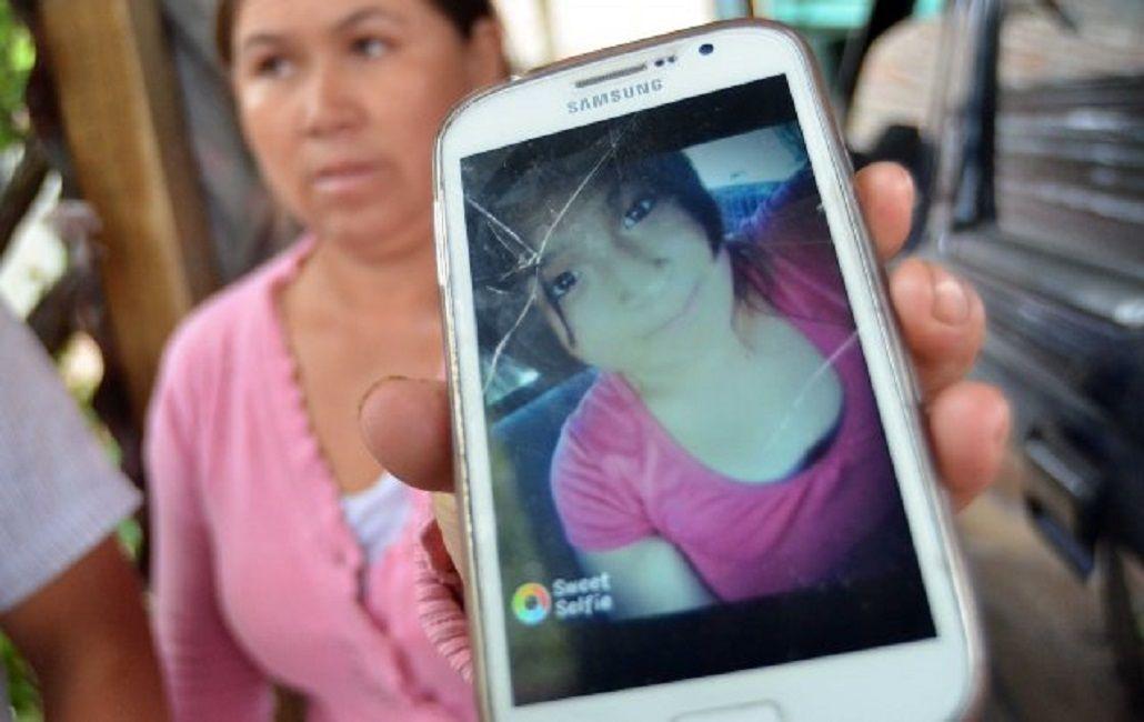 La madre de Jocelyn mostrando una foto de su hija. (Gentileza: La Nueva)