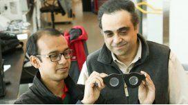 Carlos Mastrangelo (derecha) con un estudiante sosteniendo las gafas inteligentes