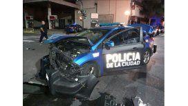 El patrullero de la Policía de la Ciudad quedó destruido