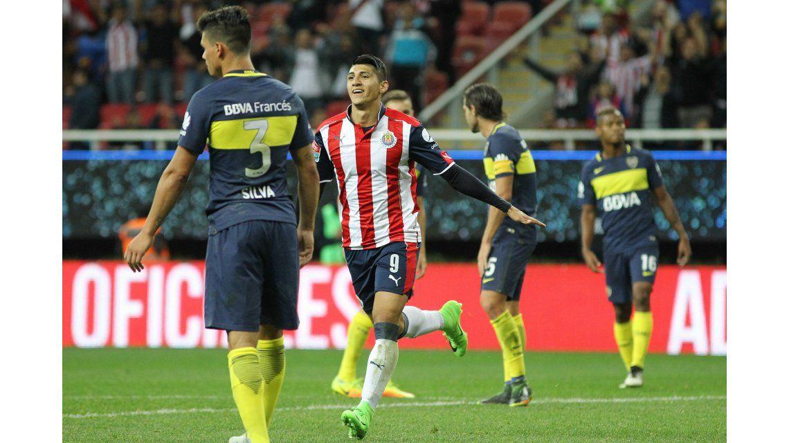 Alan Pulido celebra el gol del empate ante la desazón de los de Boca
