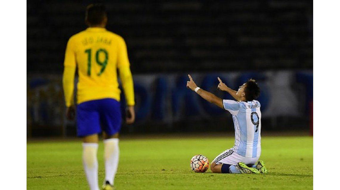 Lautaro Martínez festeja el gol que le dio una chance a la Sub 20