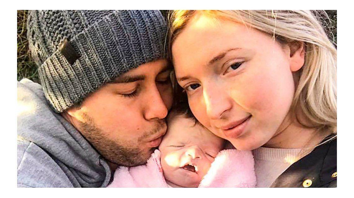 La pareja se despidió de su hija