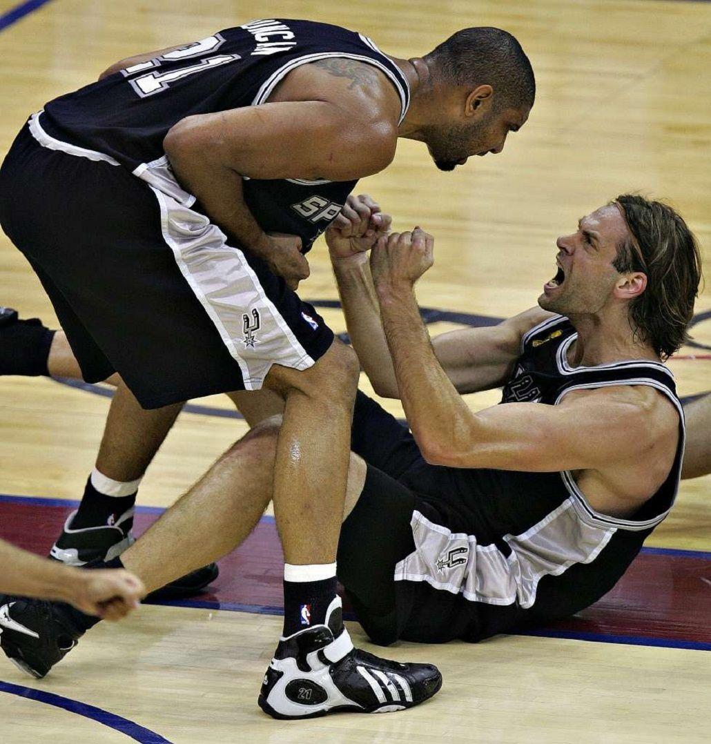 Oberto jugó tres años en los Spurs junto a Duncan y Ginóbili