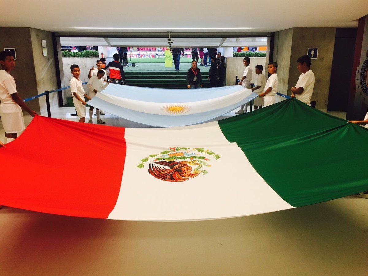 Banderas de México y Argentina en la previa del partido