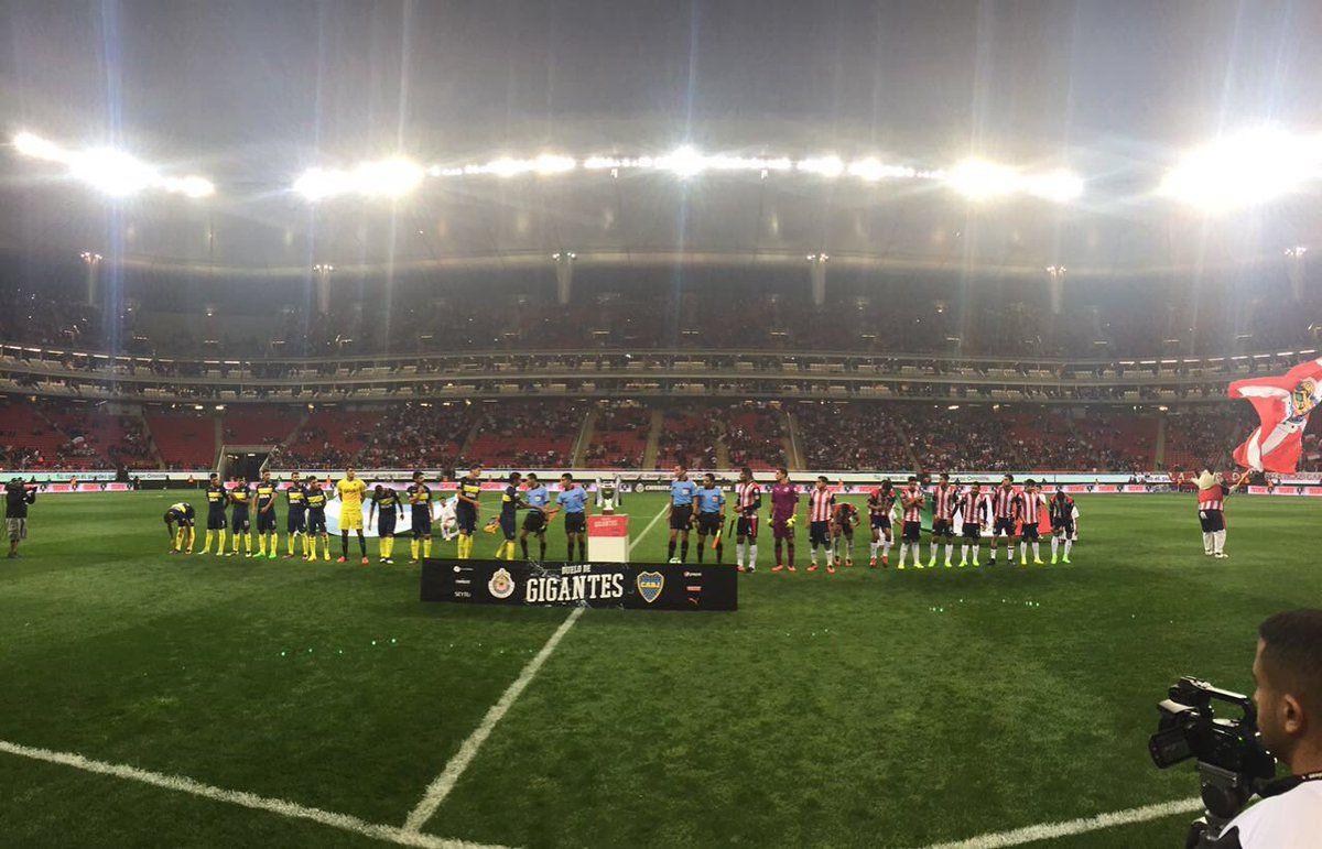 Boca y las Chivas Rayadas del Guadalajara formados antes del saludo FIFA