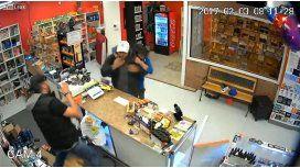 Una familia pelea contra un ladrón para defender su tienda