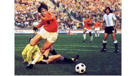 El holandés enfrentando a Argentina en el Mundial de Alemania 1974