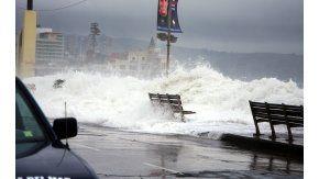 Las olas alcanzan los 5 metros de altura