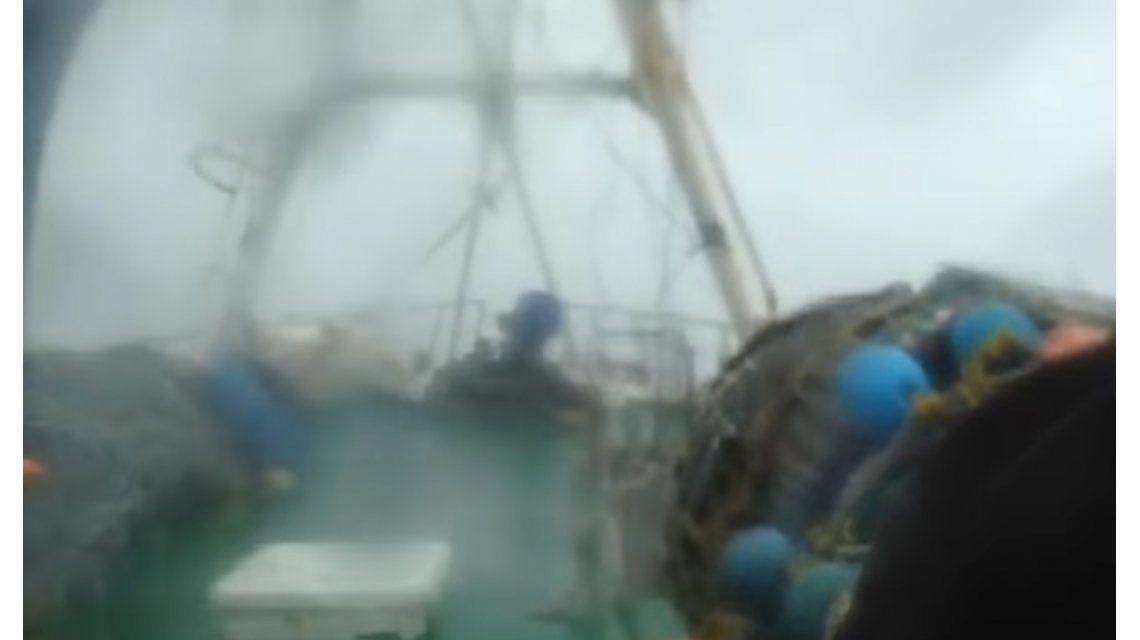 Un barco tuvo que hacerle frente al temporal en Mar del Plata