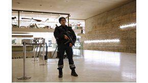 El museo y una galería del Louvre, con fuerte presencia militar y policial