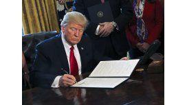 Donald Trump firmando el polémico decreto antiinmigración