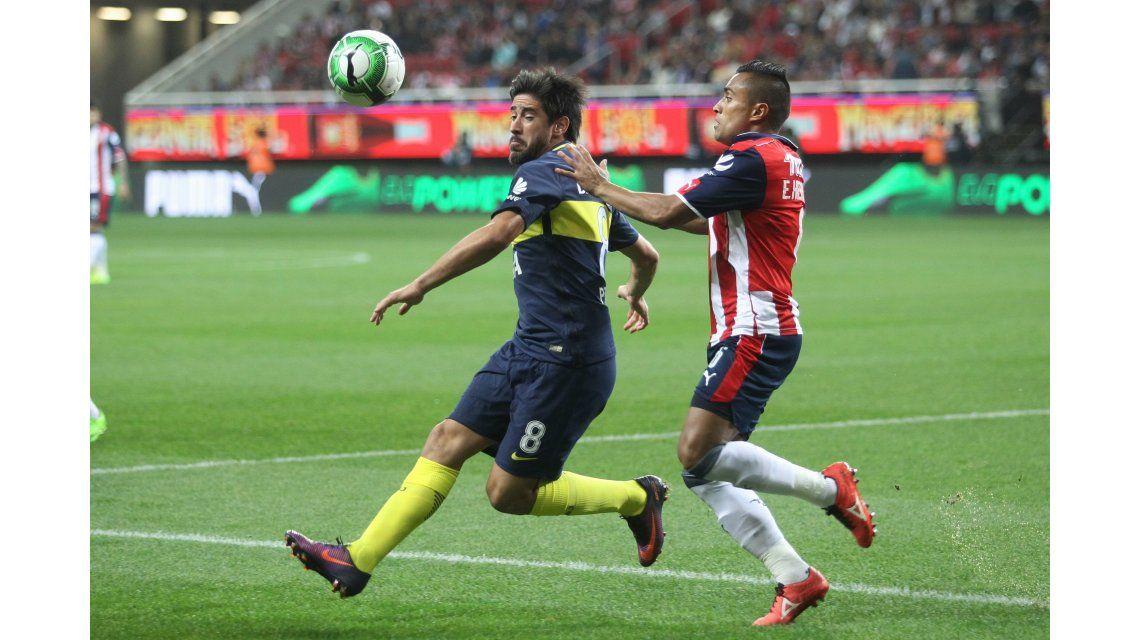 Pablo Pérez disputa el balón con Edwin Hernández