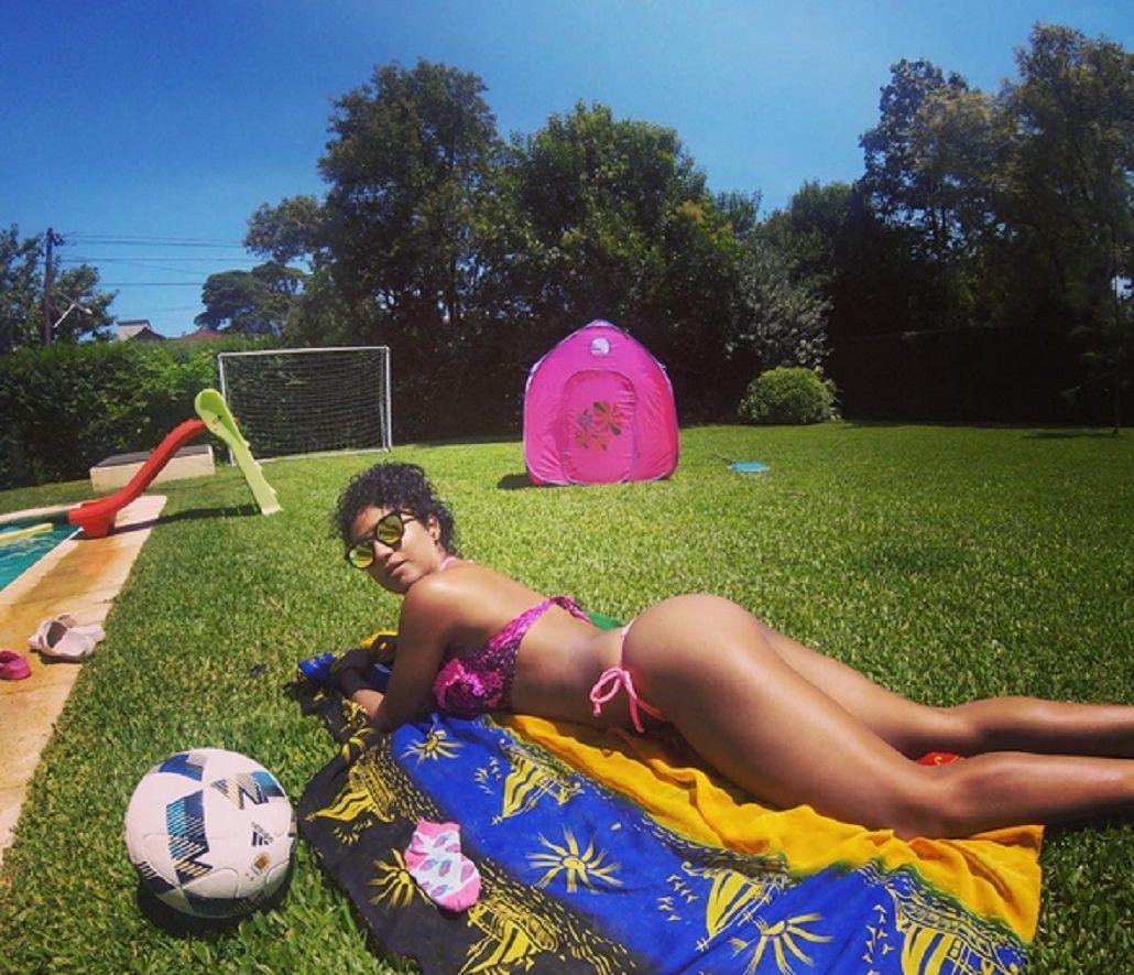 Kate Rodríguez juega al fútbol en bikini