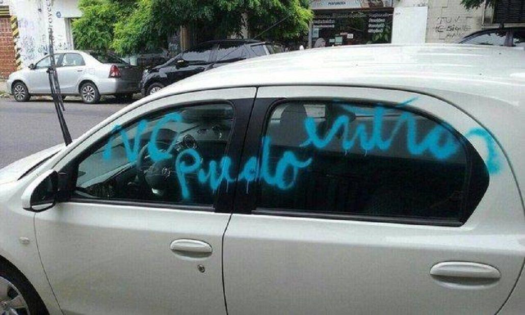 Una mujer se cansó de que le estacionaran en el garage y escribió con aerosol un auto