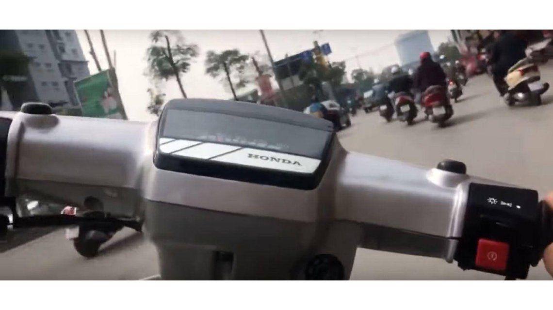 Arriesga su vida a bordo de una motocicleta y lo filma