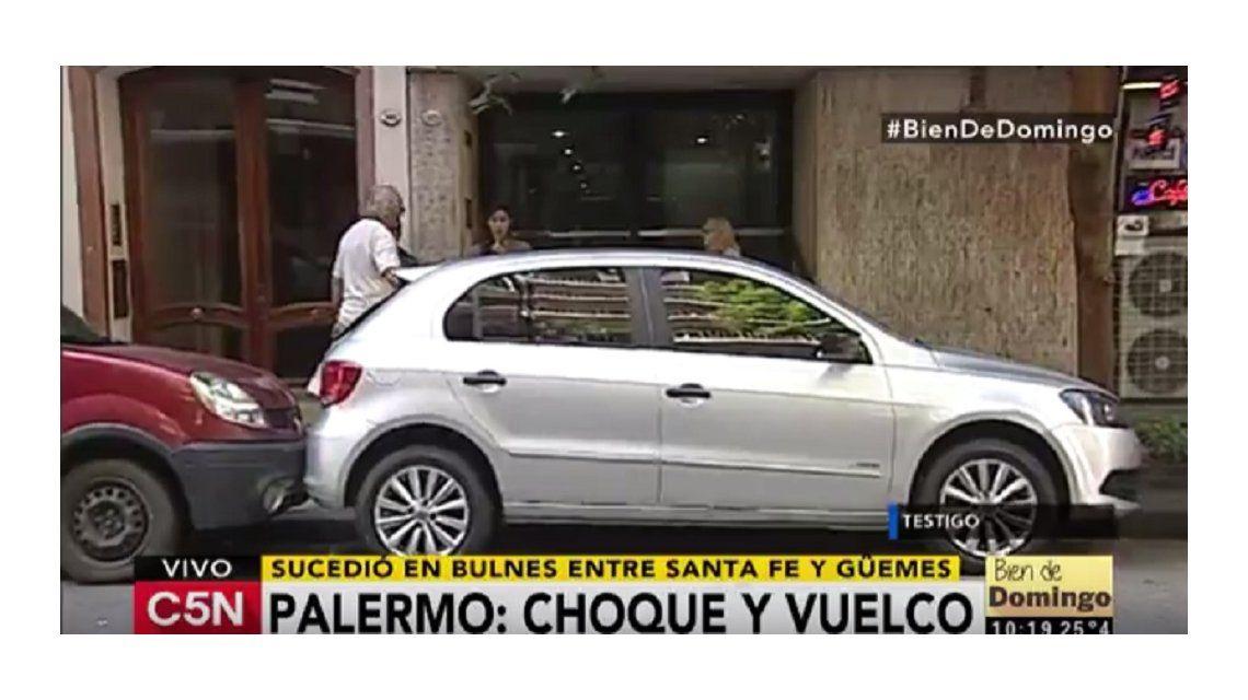 Palermo: se distrajo con el celular, chocó varios autos estacionados y volcó