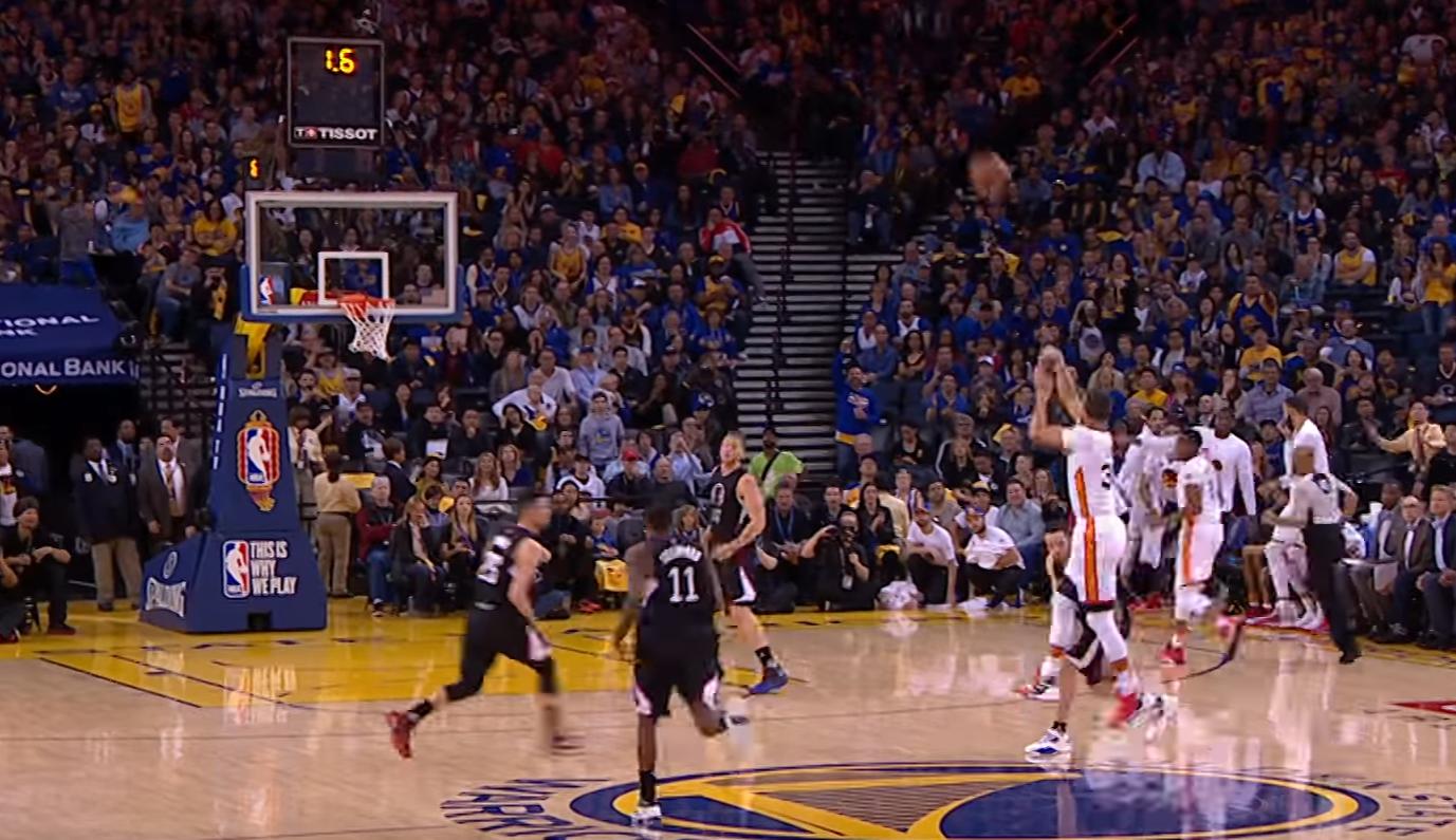 El lanzamiento de Curry desde atrás de mitad de cancha
