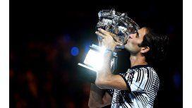 Una vez más, Federer levantando el trofeo de campeón