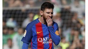 Lionel Messi, pensativo ante el Betis
