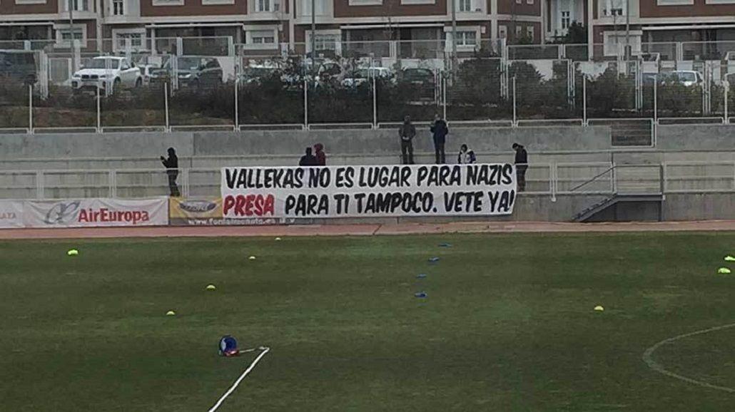 Las banderas que colgaron en Vallecas