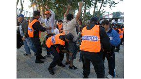 Imágenes de un cacheo policial en los alrededores del Estadio José María Minella de Mar del Plata