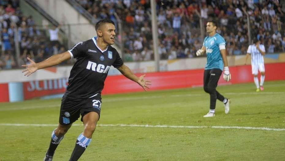 El juvenil Maximiliano Cuadra de Racing celebra tras el error de Josué Ayala de Atlético Tucumán