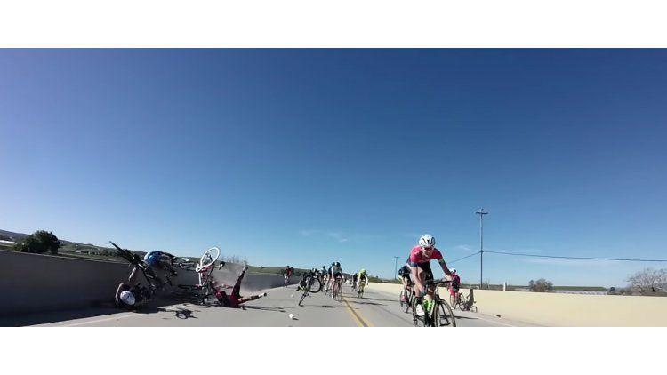 Un ciclista se cayó de su bicicleta y quedó colgado de un puente
